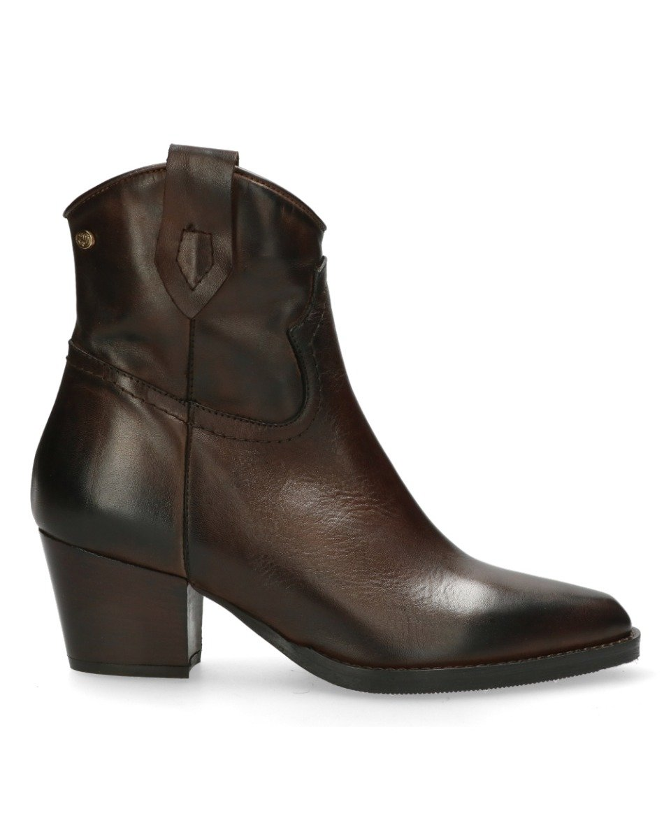 Geef je outfit een flinke dosis klasse met deze western geïnspireerde donkerbruine enkellaarsjes van fred de ...