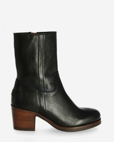 Heeled ankle boot vegetable tanned smooth leather black