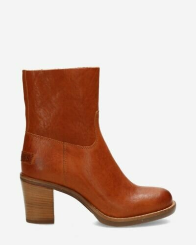 Heeled ankle boot grain leather cognac