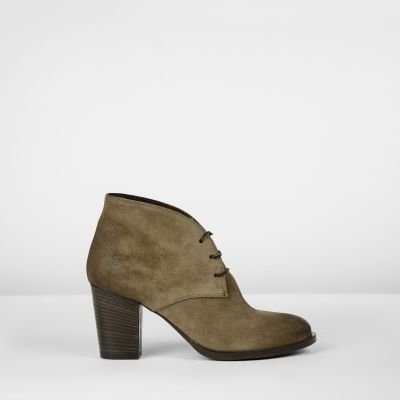 Pump-with-laces-suede-Taupe